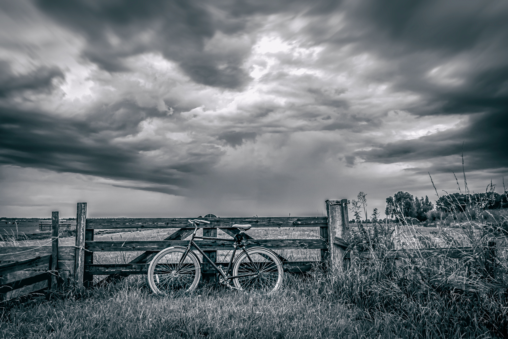 Fahrrad im nahenden Regen