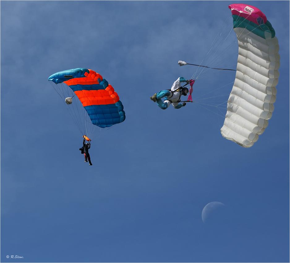 Fallschirmspringer am Flugplatz Loemühle