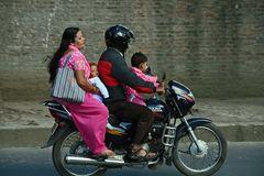 Familienfahrzeug in Nepal