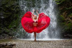 Fanny am Wasserfall