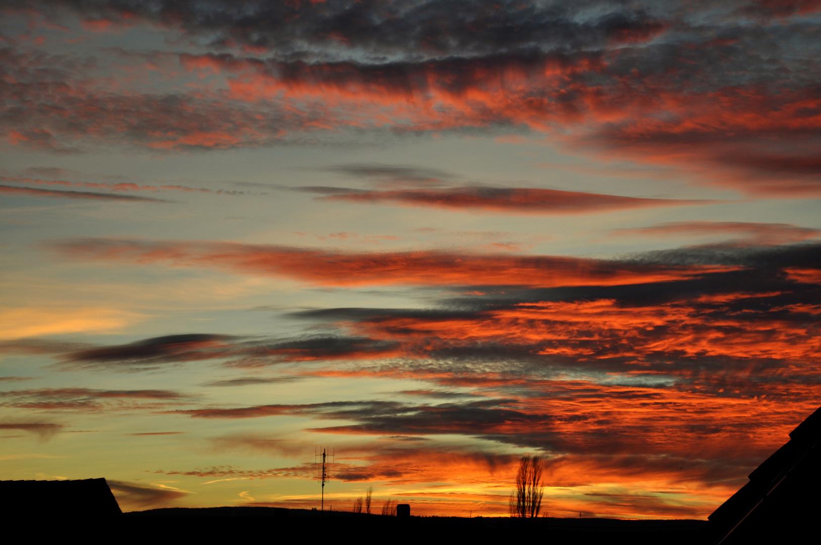 Fantastisch roter Sonnenuntergang im Winter