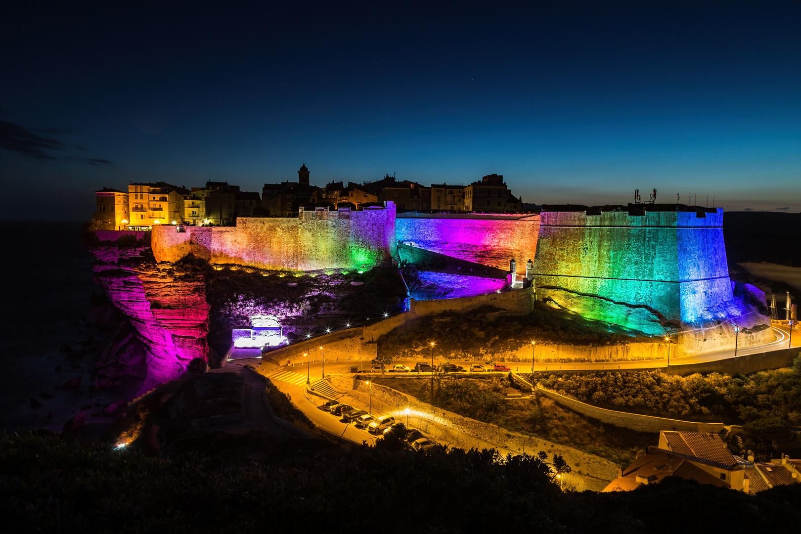 Farbenfrohe Beleuchtung in Bonifacio