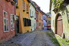 Farbenfrohe Gasse in Schäßburg