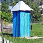 farbenfrohes Brunnenhäuschen.............