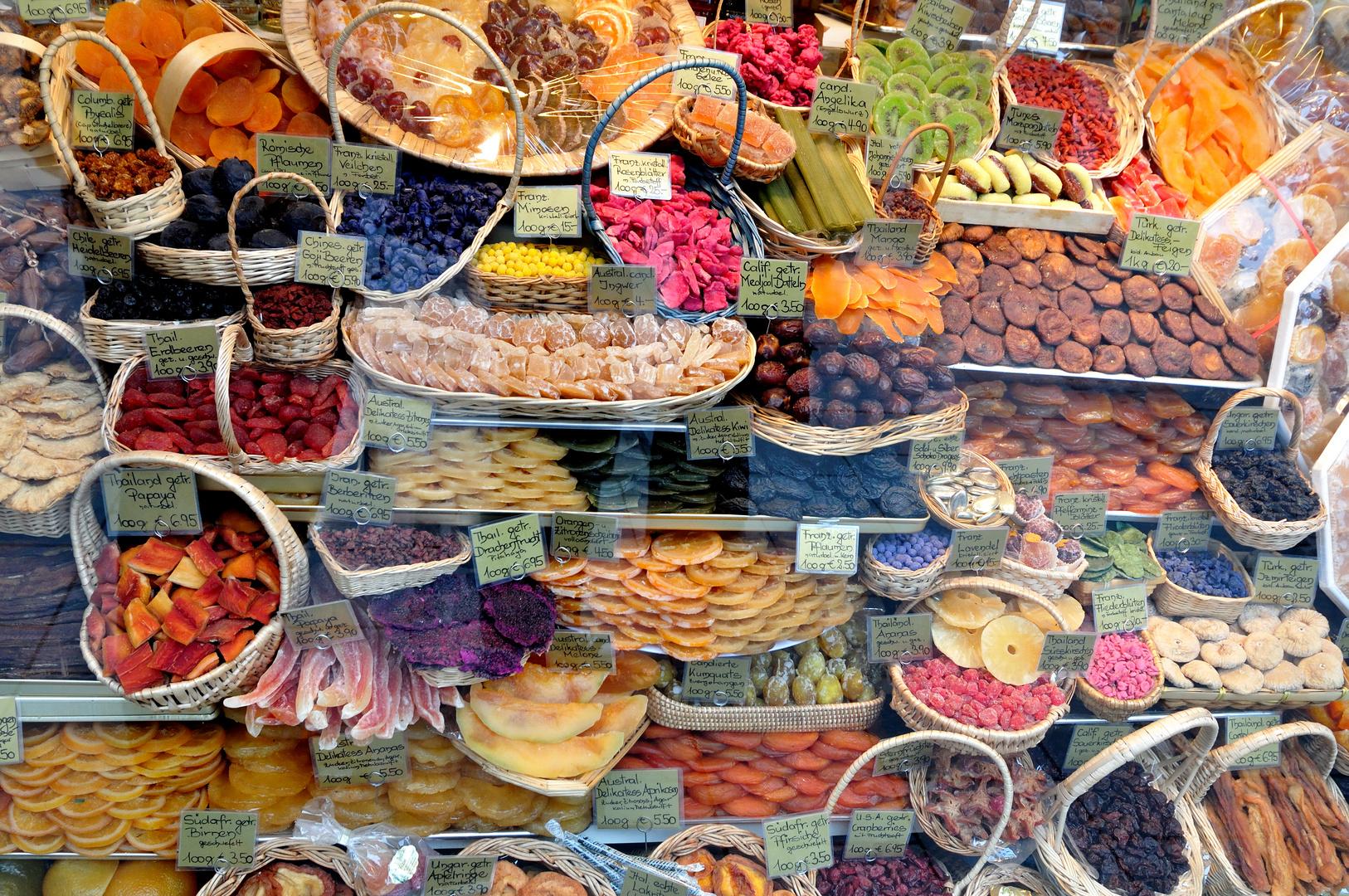 farbenprächtige Auslage getrockneter Früchte am Viktualienmarkt in ...