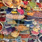 farbenprächtige Auslage getrockneter Früchte am Viktualienmarkt in München