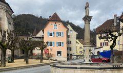 Farbiges St-Ursanne mit dem Fontaine du Mai
