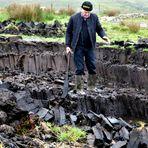 Farmer Martin Walsh beim Torfstechen. Connemara/Irland 2018