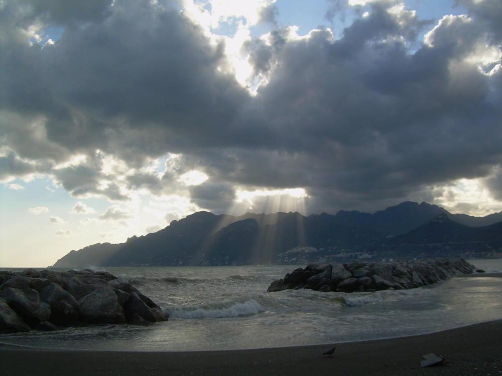 fasci di luce sulla costiera amalfitana