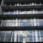 Fassade mit Wolkenspiegelung