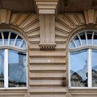 Fassade mit zwei Fenstern