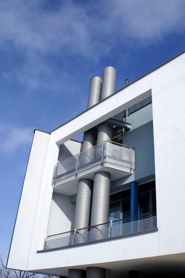 Fassadendetail der Stadthalle in Germering (Bayern)
