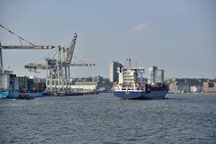 Feeder MISTRAL verläßt den Hafen