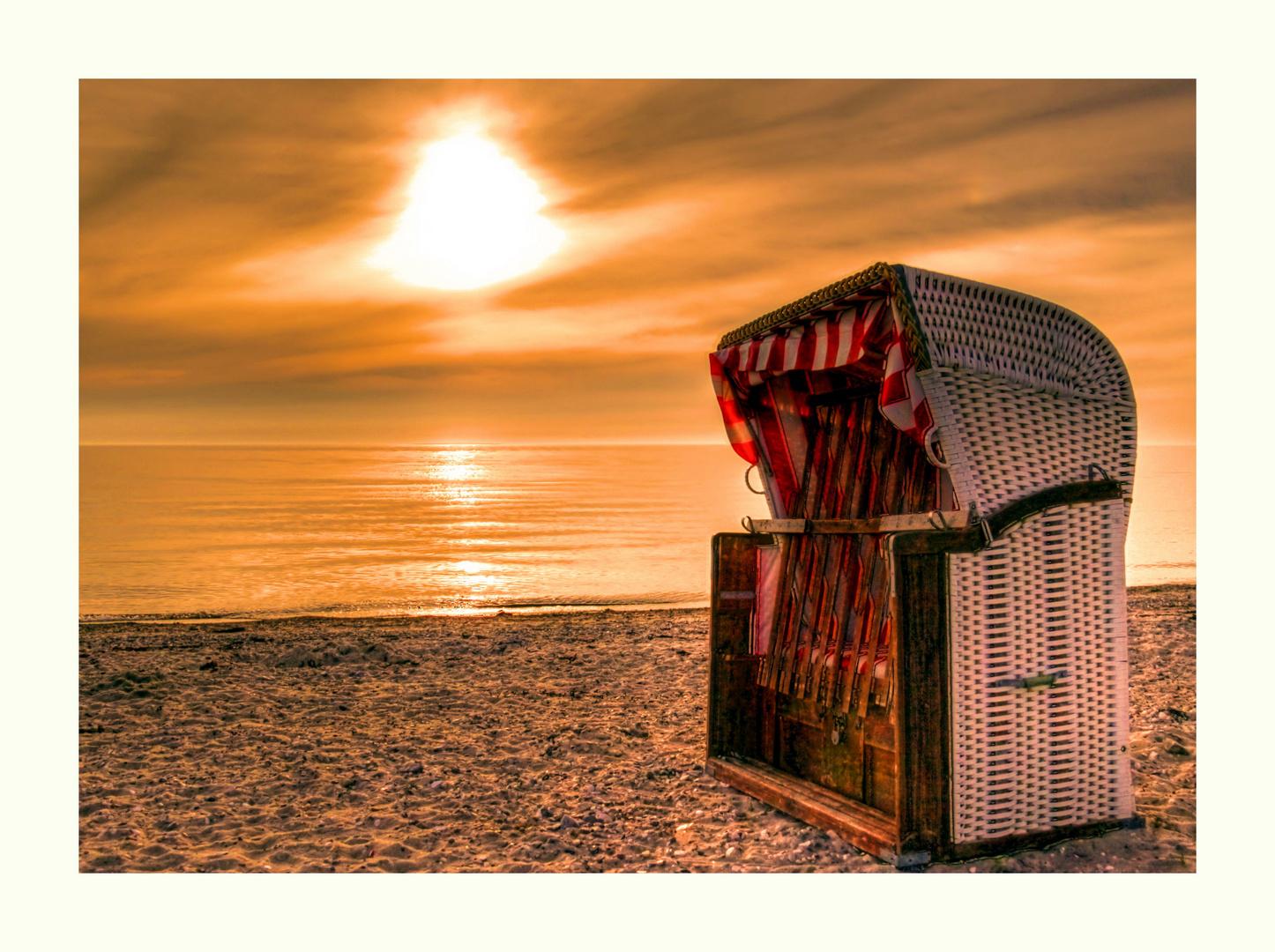 Strandkorb sonnenuntergang  Fehmarn Sonnenuntergang mit Strandkorb Foto & Bild | deutschland ...
