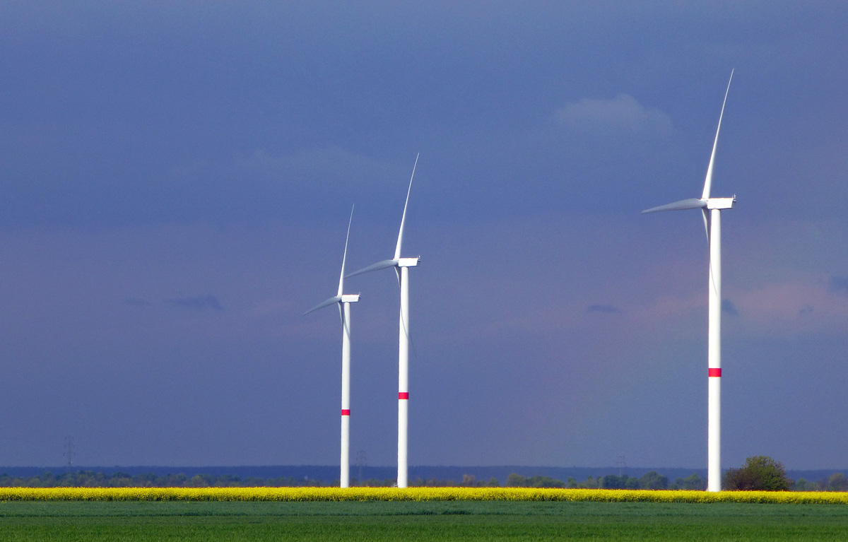 Felder und Windräder kurz vor dem Regen