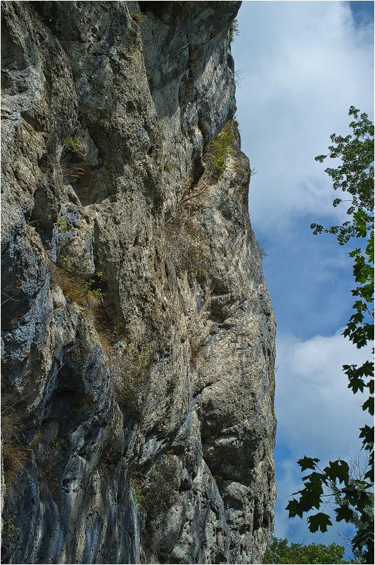 Felswand bei der Ruine Balm