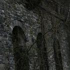 Felswand einer Brücke