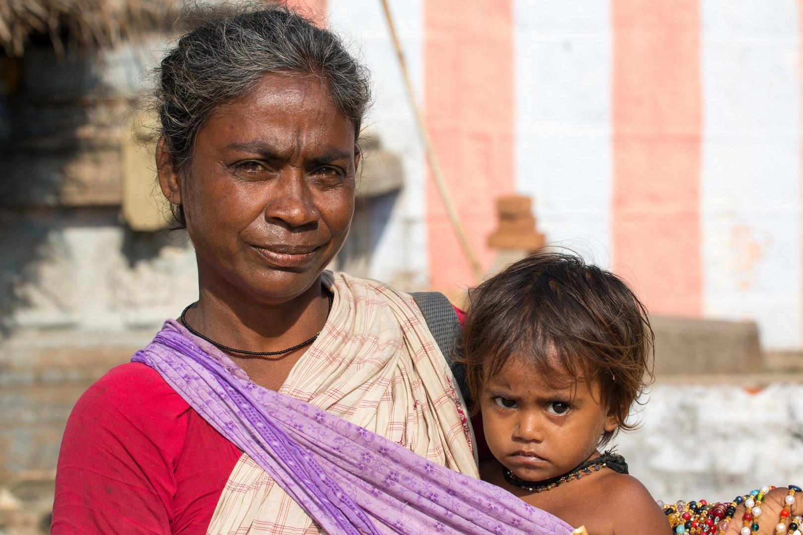 Femme avec enfant devant le Temple Stalasayana Perumal à Mamallapuram
