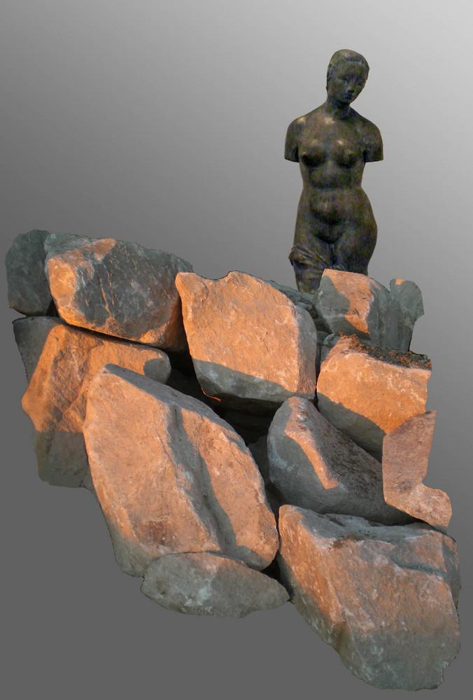 Femme debout sur une pierre - '7'