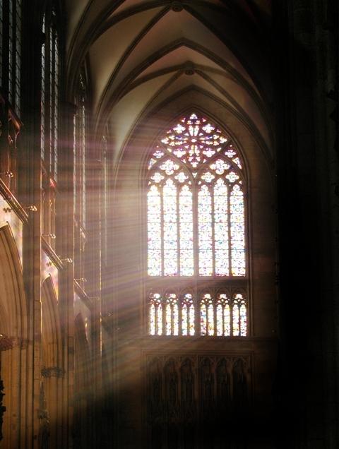 Fenster im Kölner Dom bei Herbstlicht