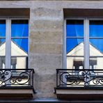 Fenster im Spiegel im Marais / Paris