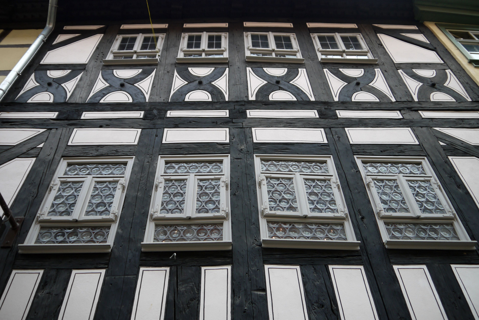 Fenster in der historischen Fassade eines Brückenhauses