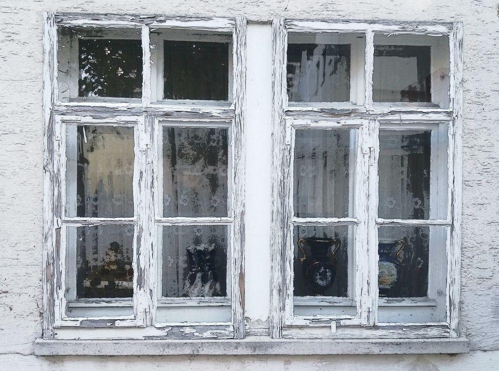 Fenster mit 4 Keramikvasen  street