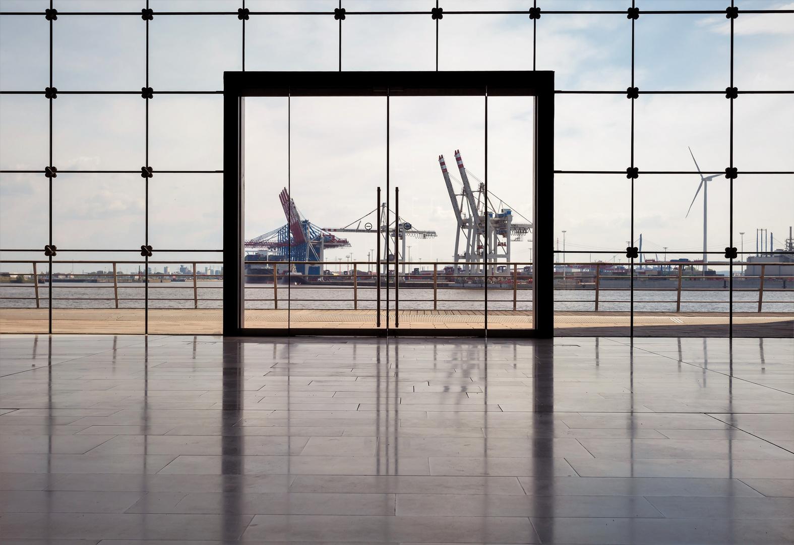 Fenster mit Blick in das Hafenbecken Hamburg