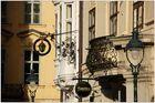 Fenster, Schilder und Laternen