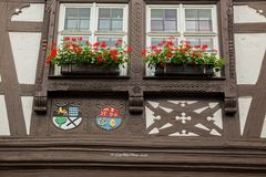 Fensterfront mit Wappen verziert in Dörrenbach