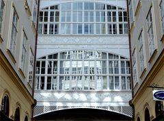 Fensterspiegelung in einer Passage