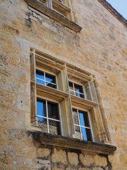 Fenêtre à meneaux et reflet de clocher