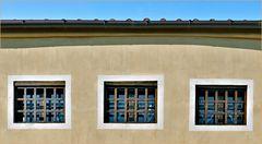 fenêtres aux barreaux en bois ...