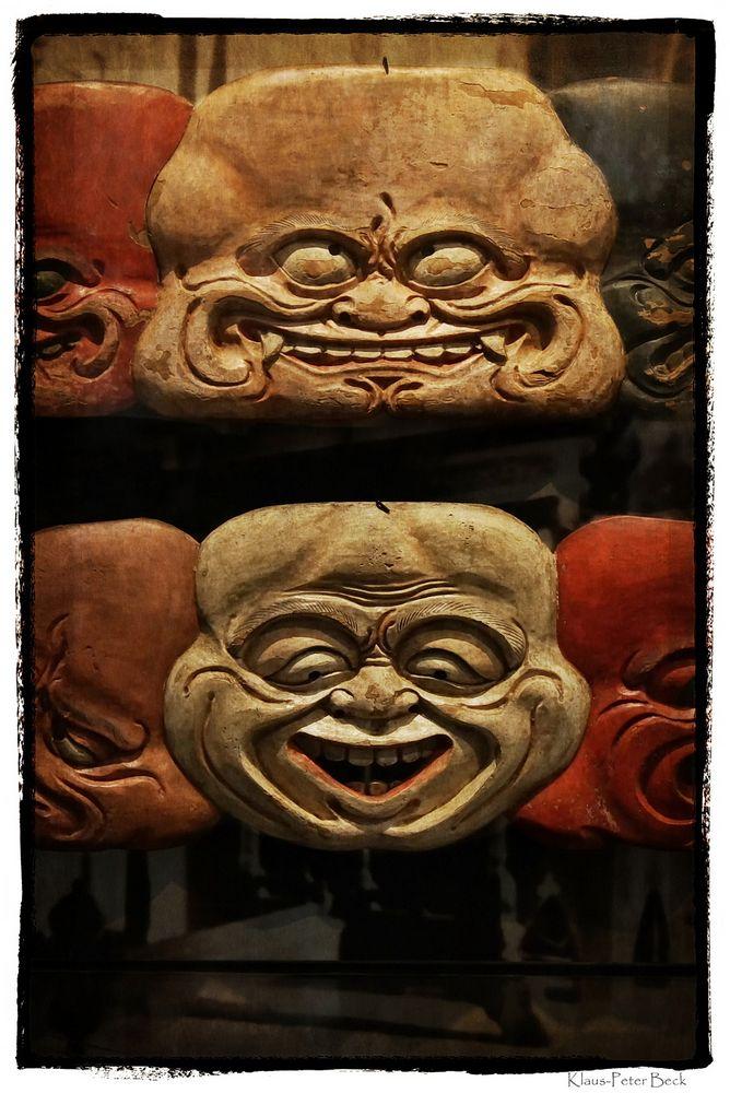 Fernöstliches Maskenrelief