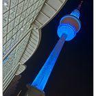Fernsehturm in Blau