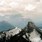 Fernsicht: Roß- und Buchstein/Zugspitze vom Wallberg aus