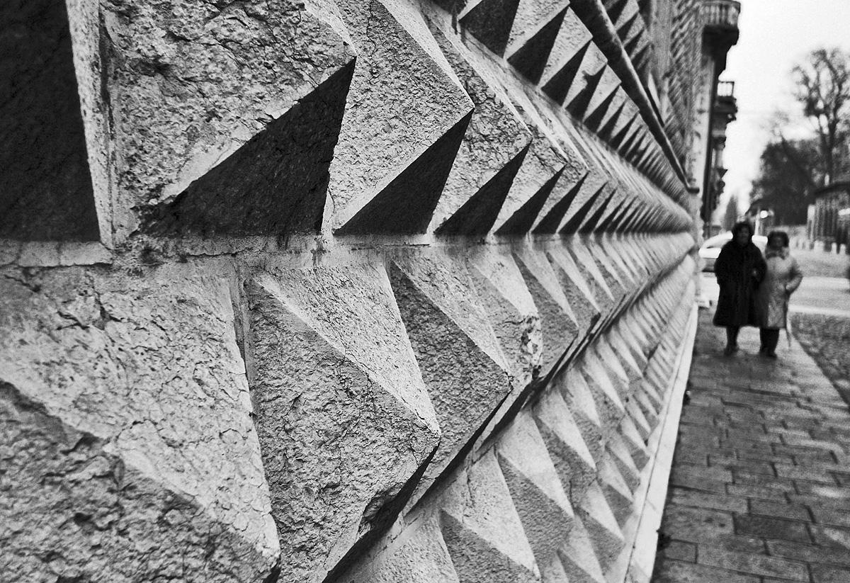 Ferrara - Passanti davanti Palazzo Diamanti