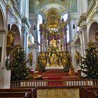 Festlich geschmückter Altar der St. Peterskirche in München Dez. 2015