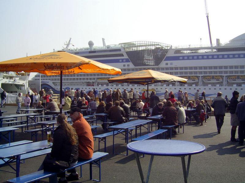 Festplatz in Emden mit impossanter Kulisse