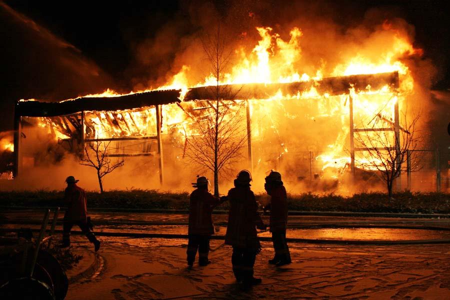 Feuer, faszinierend und zerstörerisch