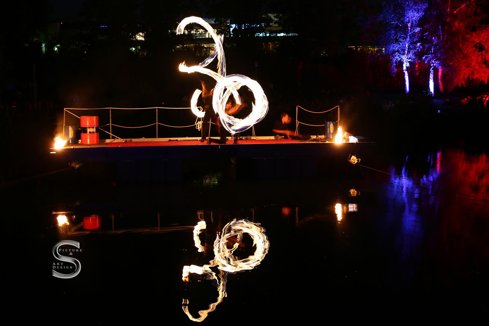 Feuer zeichnet die Nacht