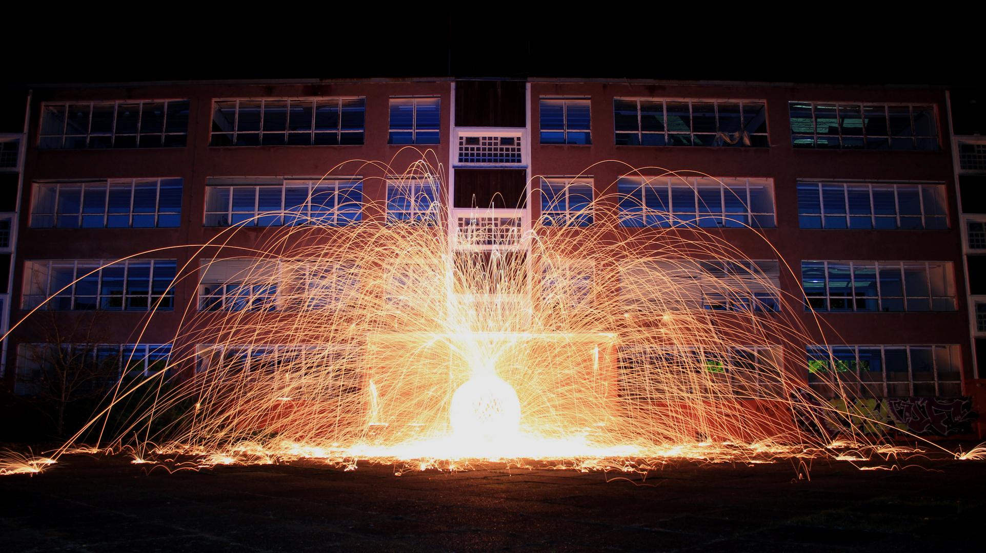 Feuerball vor der Schule