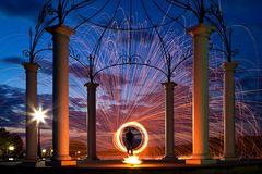 Feuerkreisel zur blauen Stunde