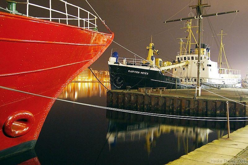 """Feuerschiff """"Weser"""" und """"Kapitän Meyer"""" bei Nacht"""