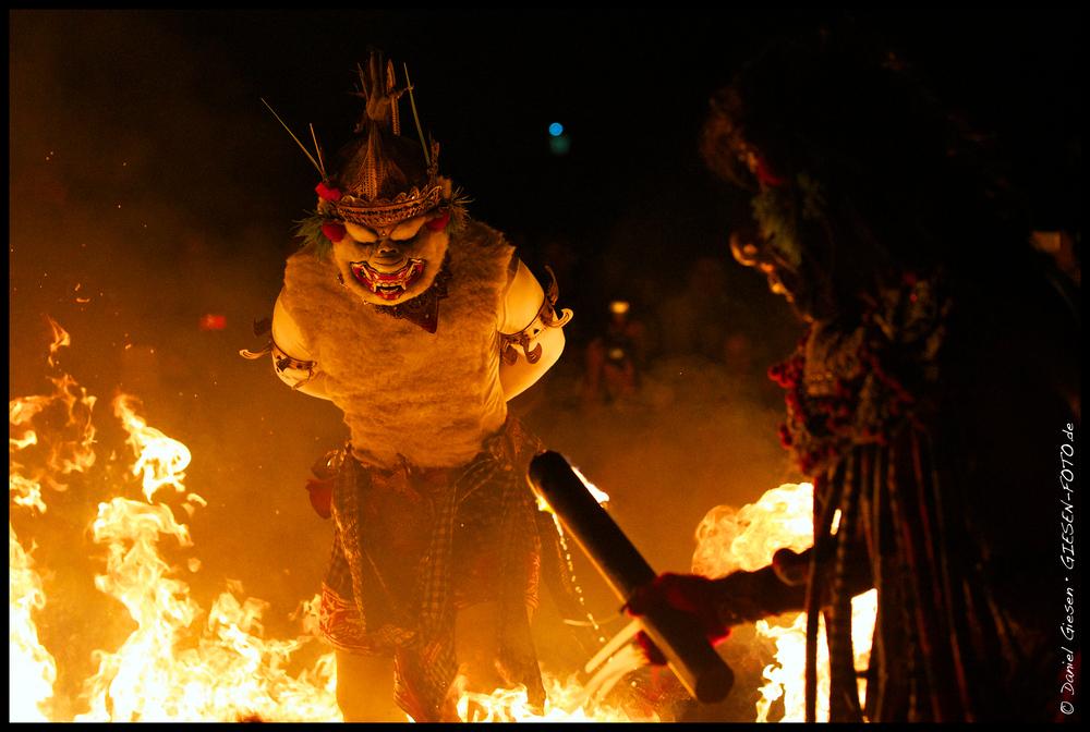 Feuerspiele bei einem Kecak Tanz, Bali/Indonesien