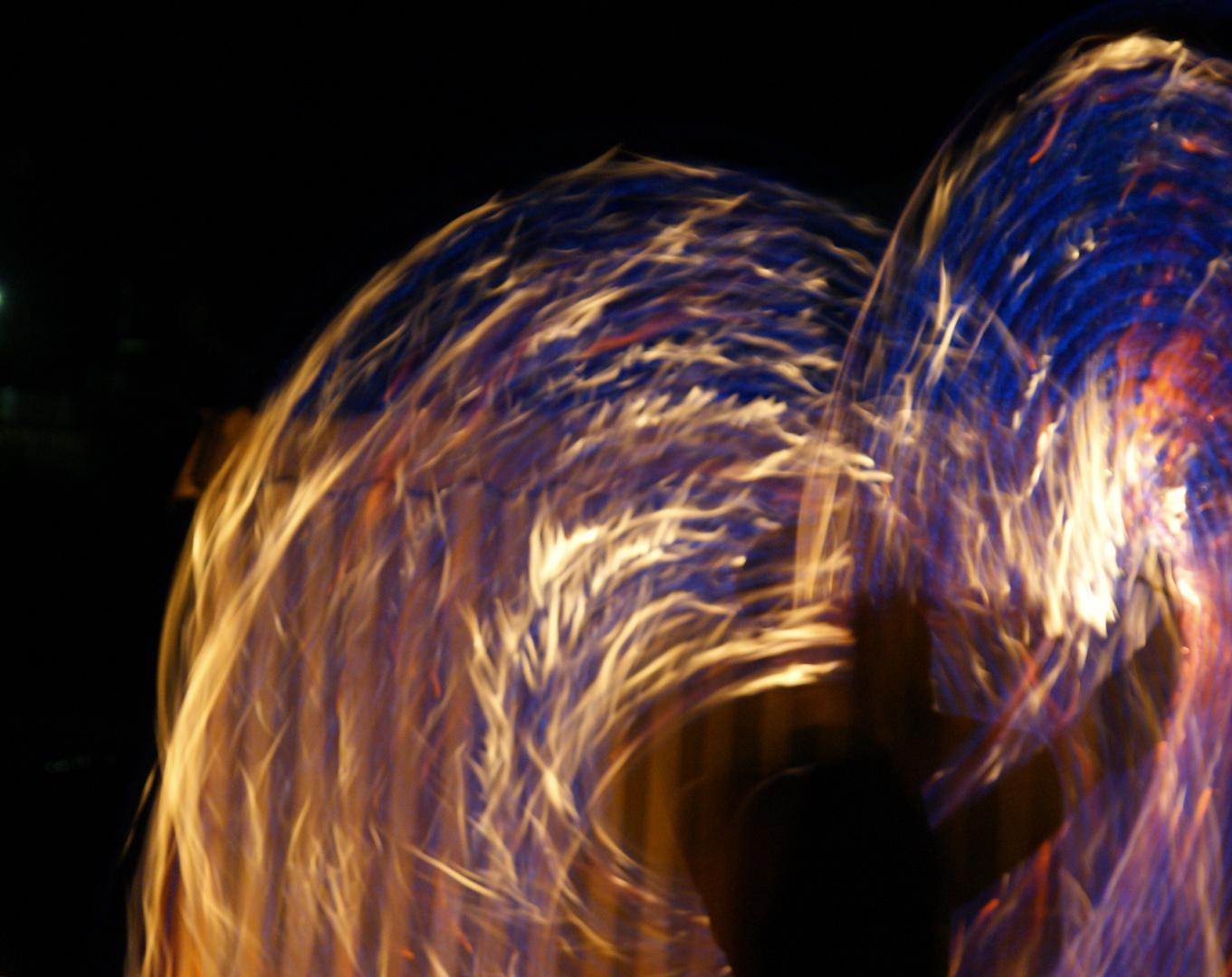 Feuertanz in der Nacht
