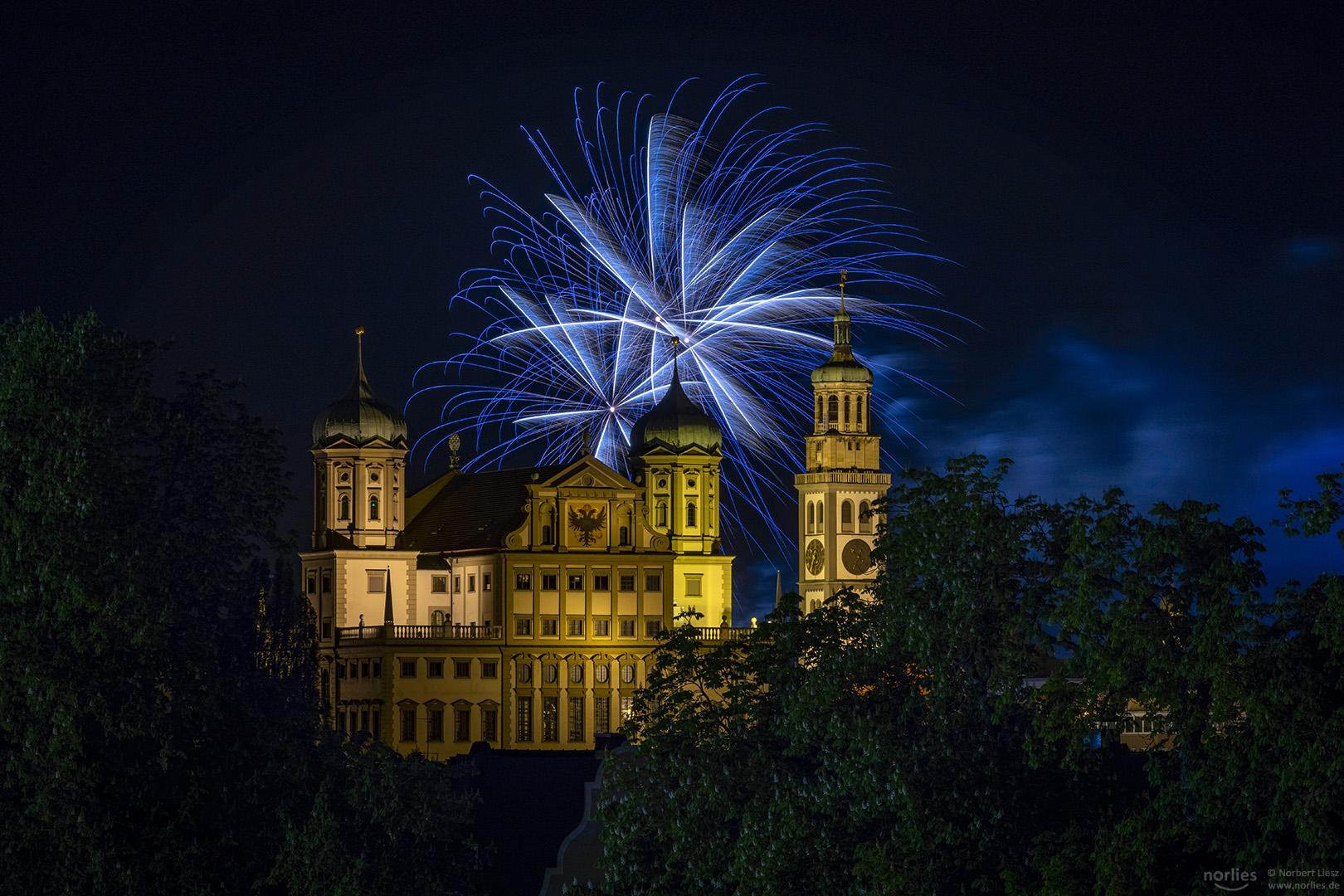 Feuerwerk über dem Rathaus