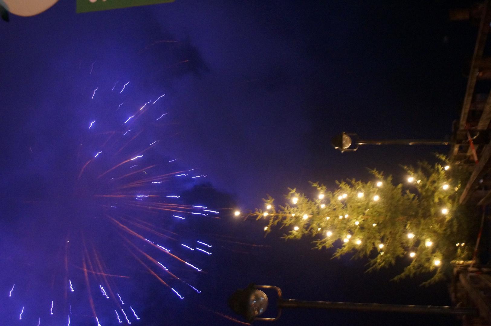 Feuerwerk über dem Weihnachtsbaum