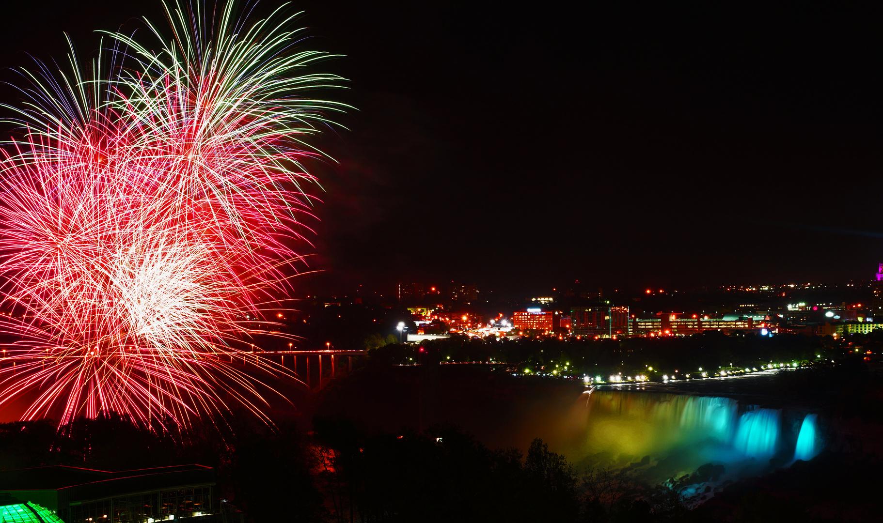 Feuerwerk über den Niagarafällen