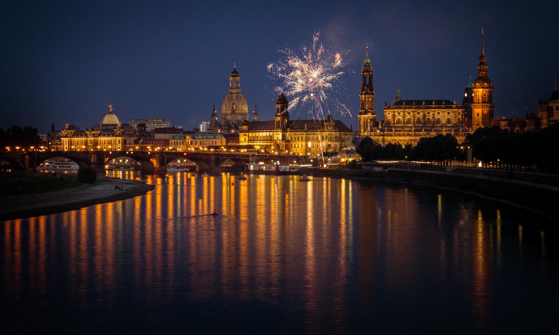 Feuerwerk über der Elbe von Dresden